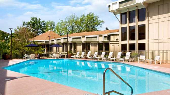 DoubleTree by Hilton Sacramento Outdoor Swimming Pool