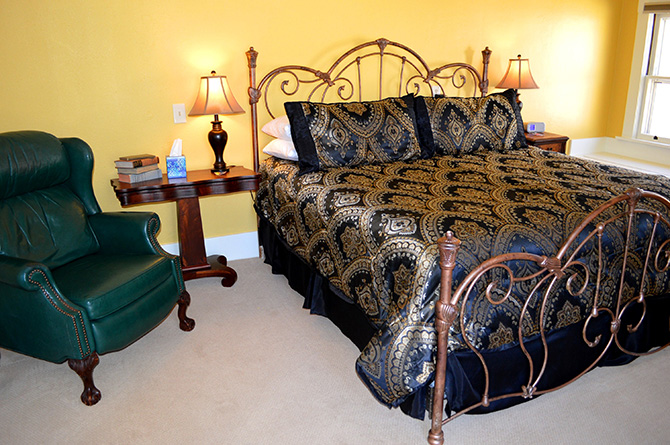 Avenue Hotel Bed and Breakfast - Guestroom with canopy bed and sink