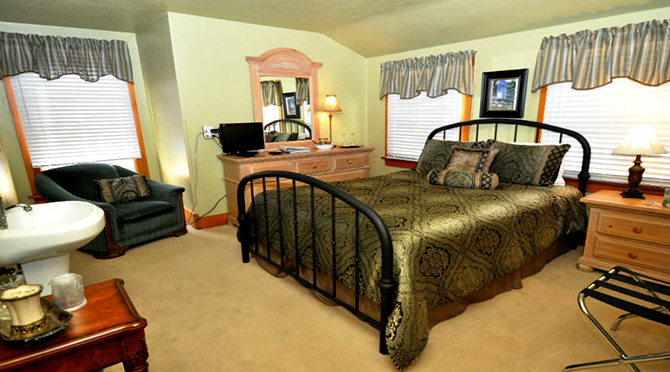 Avenue Hotel Bed and Breakfast - Pikes Peak Room