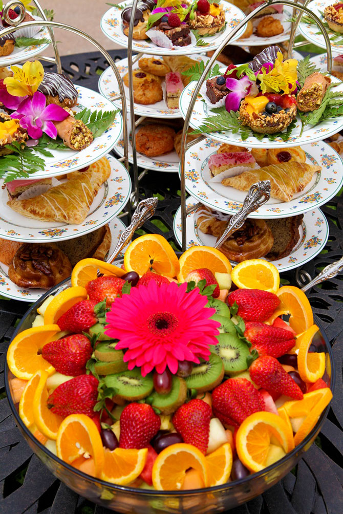 The Briarwood Inn - Fresh fruit and pastries buffet