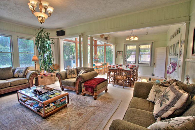 Aloha Junction B & B - Living and dining room