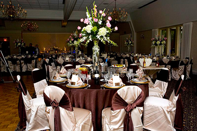 Highland Park Country Club - Dining table with elegant floral centerpiece