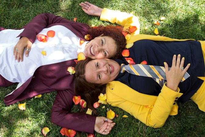 670-steven-rosen-photography-lesbian-couple-grass.jpg