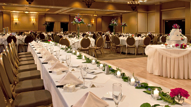 DoubleTree by Hilton Pittsburgh Meadow Lands - bride and groom reception table